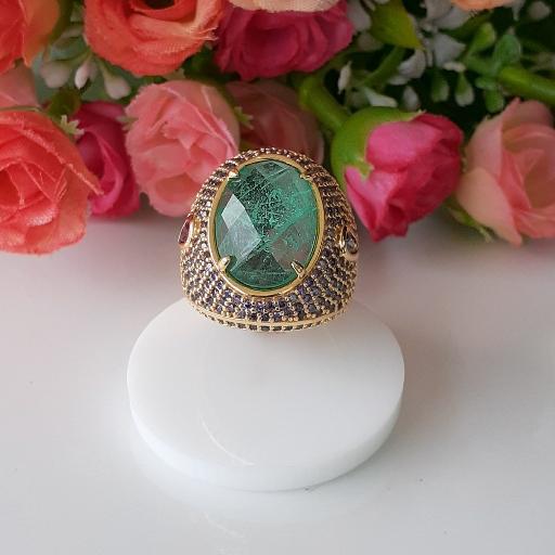 Anel pedra fusion esmeralda com microzircônias na cor lavanda .